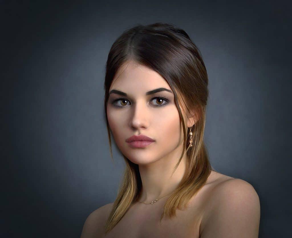 בחורה יפה עם עגילים