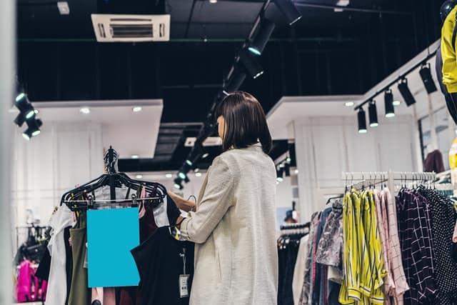 בחנות בגדים מתלבטת מה לקנות - אילוסטרציה